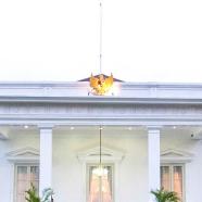 Presiden Joko Widodo (tengah dan Wapres Jusuf Kalla berfoto bersama para menteri yang tergabung dalam Kabinet Kerja saat acara pengumunan kabinet di Istana Merdeka, Jakarta, Minggu (26/10).
